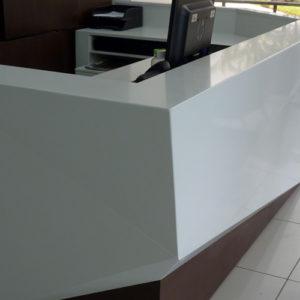 Diseño y fabricación de mueble de recepción por Mobelart