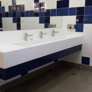 bano moderno con azulejos azules