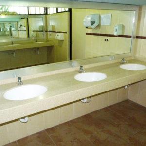 Baño elegante y moderno color beige