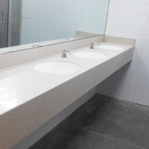 Baño elegante y moderno de superficie blanca