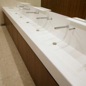 Baño moderno de superficie blanca