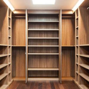 Elegante y moderno closet de madera