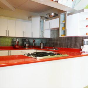 Cocina clásica superficie roja