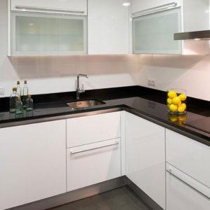 Moderna cocina con superficie negra