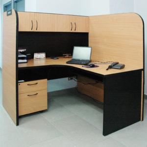 Escritorio moderno de madera con gavetas y a